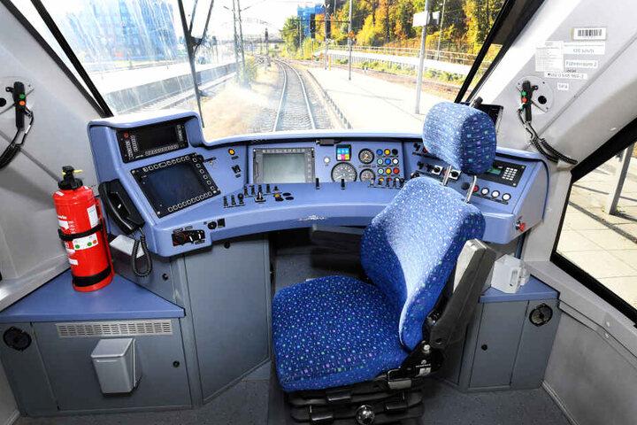 Ein leerer Stuhl im Fahrstand einer Lokomotive.