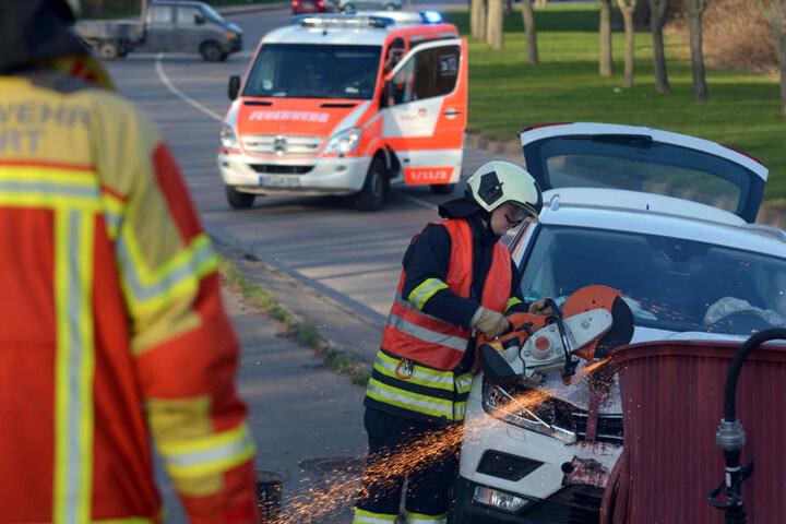 Die Feuerwehr musste das Fahzreug mit einer Flex freischneiden.