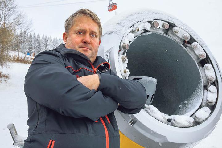 Mit zwei Schneekanonen wurde die Zinnowitzer Strandpromenade beschneit. René Lötzsch (46), Chef der Fichtelberg Schwebebahn GmbH, kann die Klimakritik nicht verstehen.