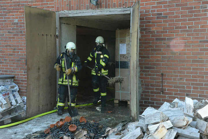 Zwei Feuerwehrleute gingen mit Atemschutzmasken in die Scheune und räumten sie aus.