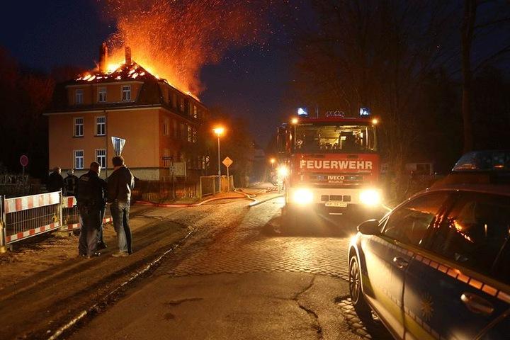 Bis in die späten Abendstunden löschten die Kameraden den Hausbrand. Die Ursache ist indes noch unklar.