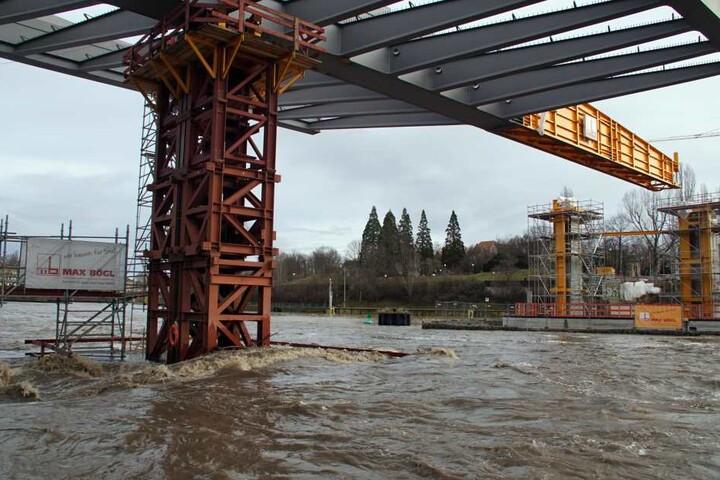 Ein Stahlpfeiler des Bahnprojekts Stuttgart 21 muss am Neckar enormen Wasserdruck standhalten.