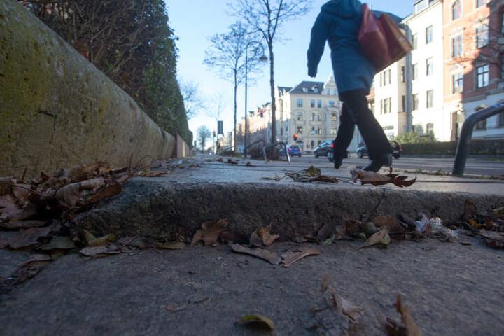 Desolater Gehweg in der Weststraße. Keiner kümmert sich um die Platten.