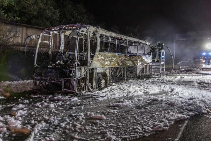 Der Reisebus ist auf der Autobahn komplett ausgebrannt.