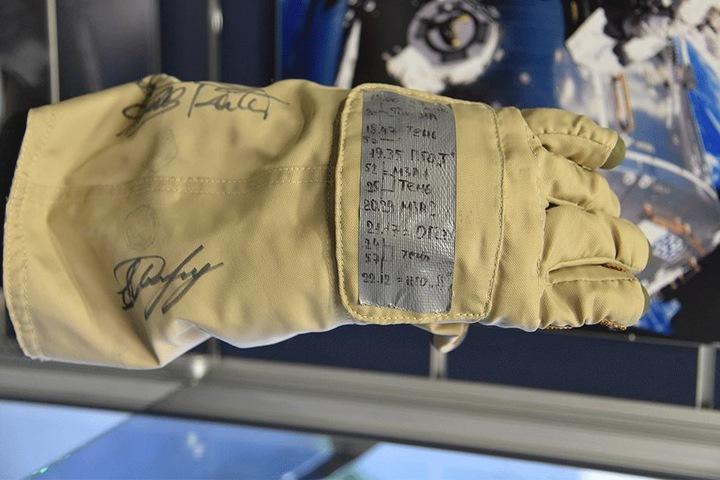 Diesen Handschuh trug Thomas Reiter, der 1995 als erster Deutscher in das Weltall ausstieg.