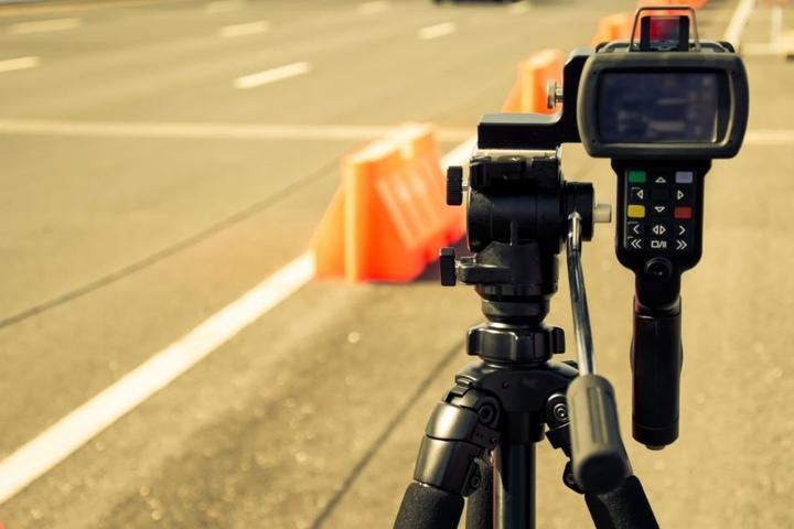 Mit rund 140 km/h war der 23-Jährige auf dem OWD unterwegs. Dort war nur Tempo 60 erlaubt. (Symbolbild)