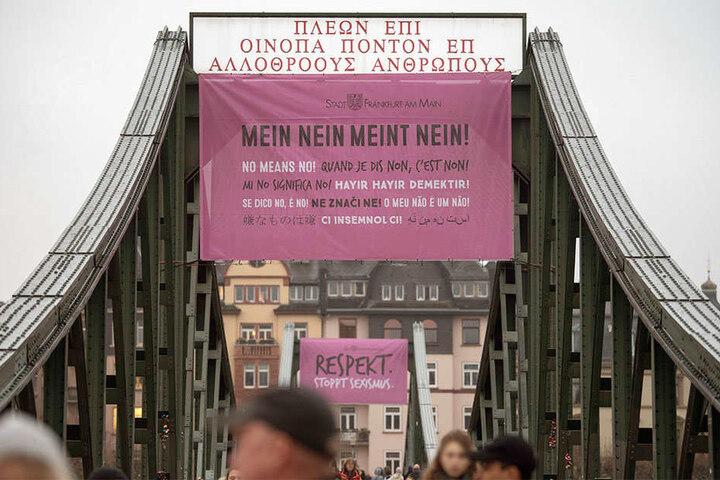 """Mit riesigen Plakaten auf denen unter anderem """"Mein Nein meint Nein!"""" in verschiedenen Sprachen steht, machte die Stadt Frankfurt/Main am 20.12.2017 auf das Problem sexueller Übergriffe aufmerksam."""