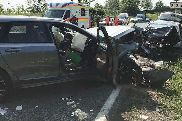 Zwei Menschen sind tot, drei weitere teils schwer verletzt: Ein Unfall auf der Bundesstraße 31 erschüttert Bayern.