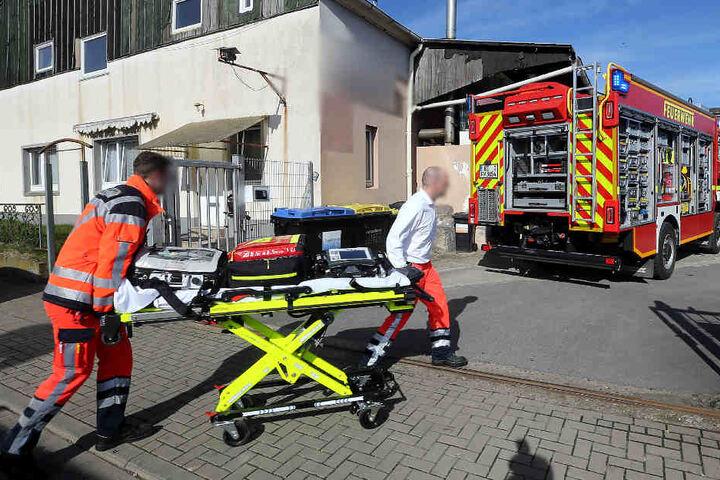 Der Notarzt versucht den Schwerverletzten während er eingeklemmt ist zu behandeln.