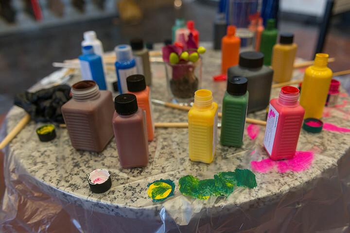 So bunt wie das Leben sind die Farben - ein Blick auf den Maltisch von Nicole  Atieno.