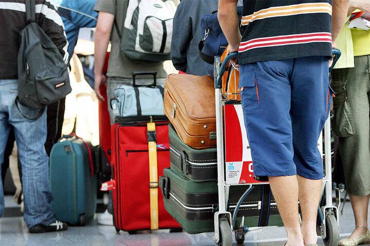 Die Gepäckaufgabe ist eines der eher unschöneren Momente bei Flugreisen. (Symbolbild)