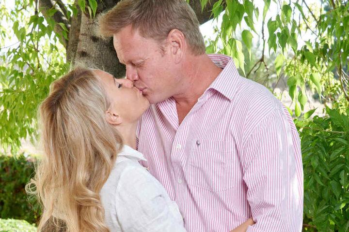 Das Paar wird bald vor den Traualtar schreiten.