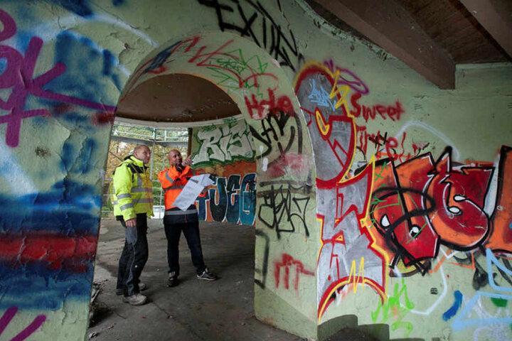 Betonbauer Patrick Kempe (26, l.) und Polier Nico Adam (36) begutachten die Baustelle.