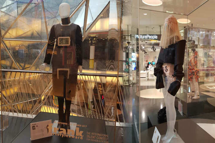 Die ausgestellten Kästen mit der Mode befinden sich auf drei Etagen des Einkaufszentrums.