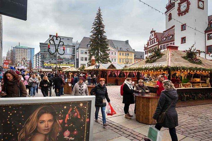 Noch bis 23. Dezember, also noch acht Tage, hat der Chemnitzer Weihnachtsmarkt geöffnet. In dieser Zeit hoffen die Händler auf deutlich besseres Wetter.