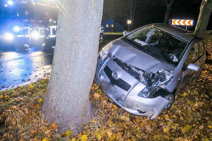 Der Toyota war von der Fahrbahn abgekommen und gegen einen Baum geprallt.