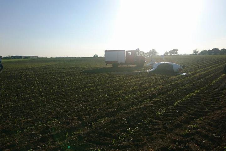 Auf einem freien Feld stürzte der Traghubschrauber ab.