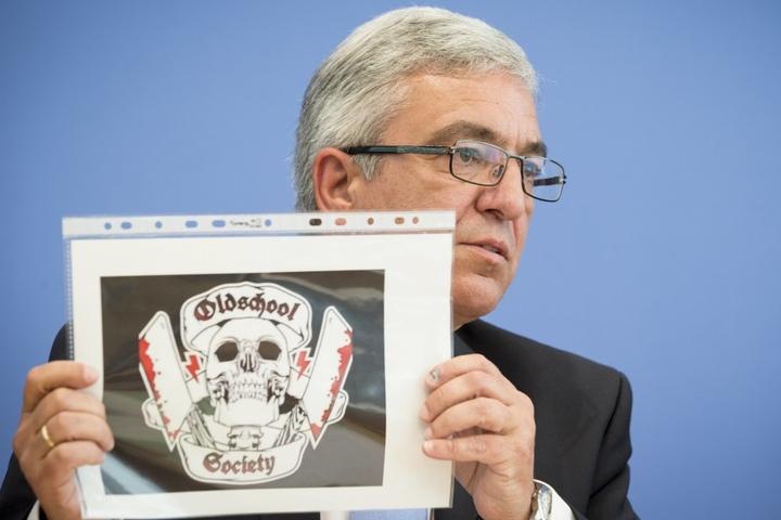 Roger Lewentz, Vorsitzender der Innenministerkonferenz (IMK) und Minister des Innern, zeigt das Logo der rechtsextreme Gruppe Oldschool Society (OSS).
