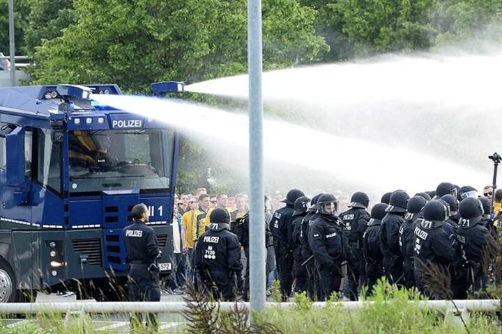 Nachdem die Fans Steine und Flaschen auf Polizisten geworfen haben sollen, setzte die Polizei den Wasserwerfer ein.