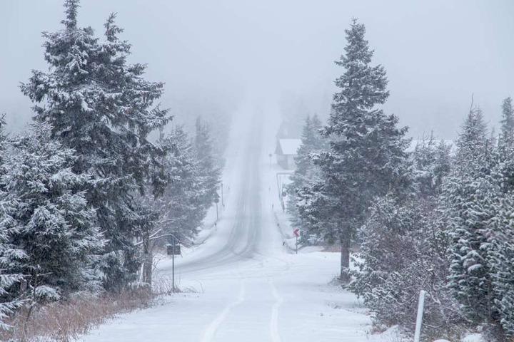 Die Auffahrt zum Fichtelberg zeigte sich am Mittwoch verschneit und nebelig.