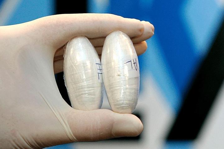 """Mit Drogen präparierte Kondome finden Fahnder immer wieder bei Schmugglern. So  ähnlich """"bastelte"""" sich Dominic P. (30) seine """"Pakete"""" für den Transport."""