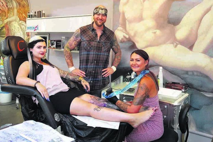 Bloggerin Lyn Künstner (28) lässt sich im Zwickauer Studio des Tattoo-Papstes Randy Engelhard (41) von Tätowiererin Peggy-Lou (31) ihr Bein verschönern.