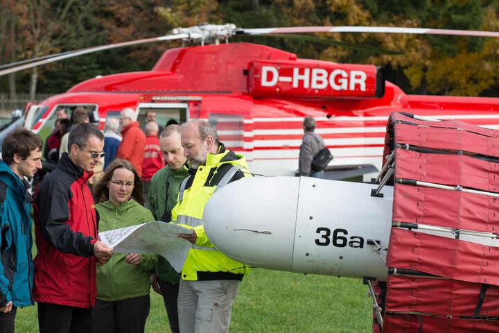 Rohstoffexperten überwachen Testflüge der Hubschrauber, die mit Hilfe von Sonden Bodenschätze orten sollen.