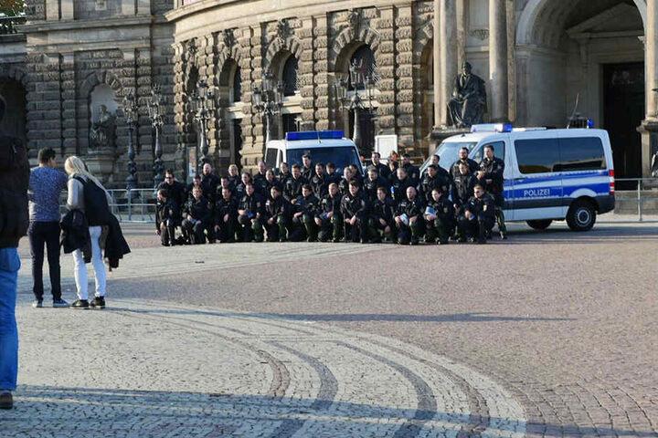 Einige Beamte aus Rheinland Pfalz machen nach dem Einsatz ein Gruppenfoto vor der Semperoper.