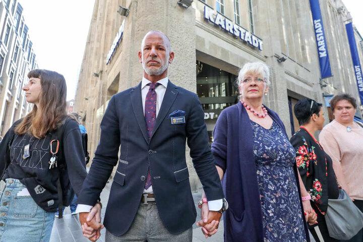 Im Mai protestierte Filiallleiter Michael Zielke noch mit Kolleginnen gegen die Schließungspläne - ohne Erfolg.