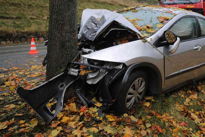 Der Fahrer musste aus dem stark zerstörten Auto befreit werden.