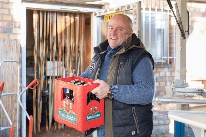 """Vater Rainer Ackermann (62) hatte vor 20 Jahren die zündende Idee einer """"Bierstube"""" auf der Ecke, in der Nähe des Stadions."""