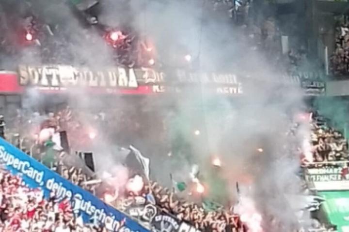 Gladbacher Fans zündeten zu Spielbeginn Pyrotechnik.