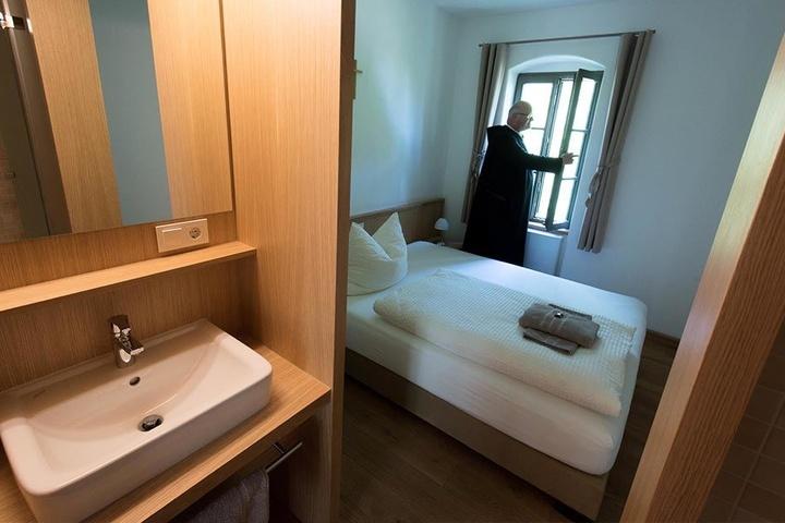 Schlicht, aber schön: Die Zimmer sind mit allem Notwendigen ausgestattet.