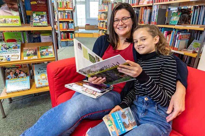 Zusammen liest's sich am besten: Sylvia Bonitz (27) und Tochter Helena (11) recherchieren in der Stadtbibliothek für eine Biologie-Arbeit.