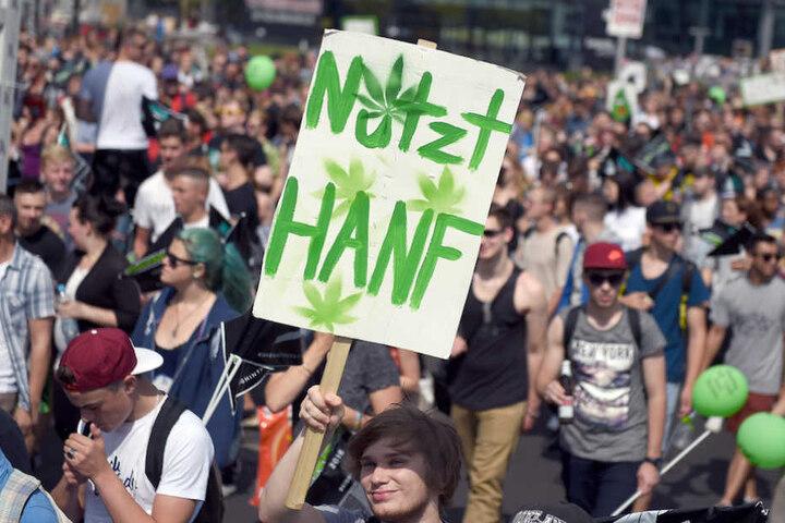 Wie hier marschiert wieder die Hanfparade durch Berlin.
