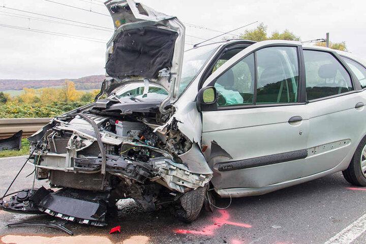 Beide Fahrer mussten schwer verletzt ins Krankenhaus.
