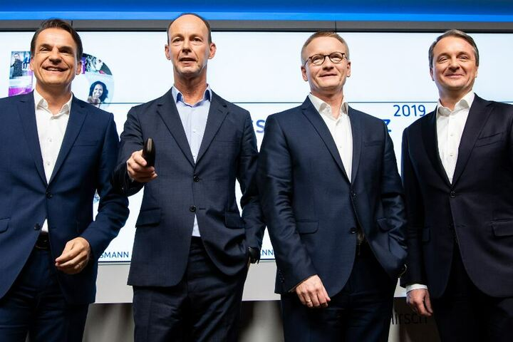 Die Bertelsmann-Vorstandsmitglieder Markus Dohle (l-r), CEO von Penguin Random House, Thomas Rabe, Vorstandsvorsitzender, Bernd Hirsch, Finanzvorstand, und Immanuel Hermreck, Personalvorstand, stehen am Ende der Bilanz-Pressekonferenz zusammen.