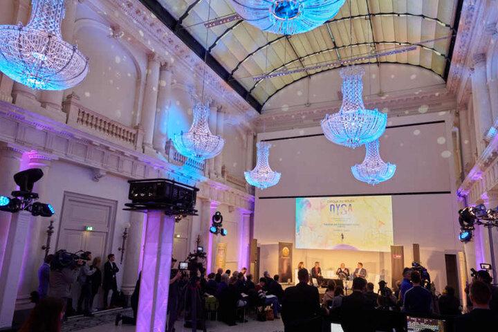 Ein Imagefilm des Cirque du Soleil wird während der Pressekonferenz zum Start der ersten europäischen Residenz des Cirque du Soleil gezeigt.