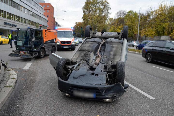 Die junge Fahrerin des Kleinwagens hatte eine Kehrmaschine (links) übersehen.