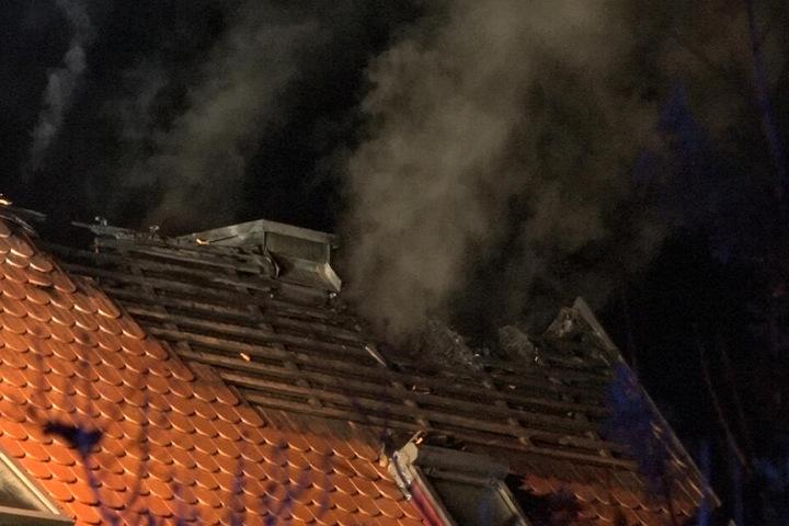 Um die Glutnester zu löschen, musste das Dach komplett geöffnet werden.