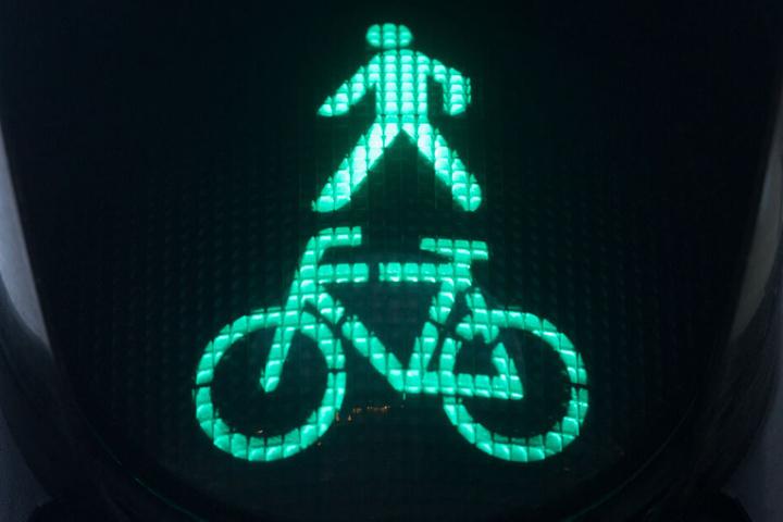 Der Weg wird von Fußgängern und Radfahrern genutzt. (Symbolbild)