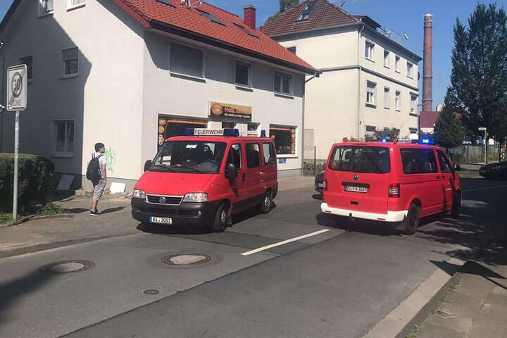 Mit Lautsprecherwagen fährt die Feuerwehr derzeit durch die Straßen und fordert die Leute, ihre Wohnungen zu verlassen.