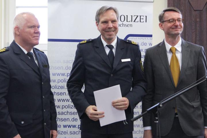 Schultze nach der Übergabe der Urkunde. Links im Bild: Landespolizeipräsident Horst Kretzschmar (59).