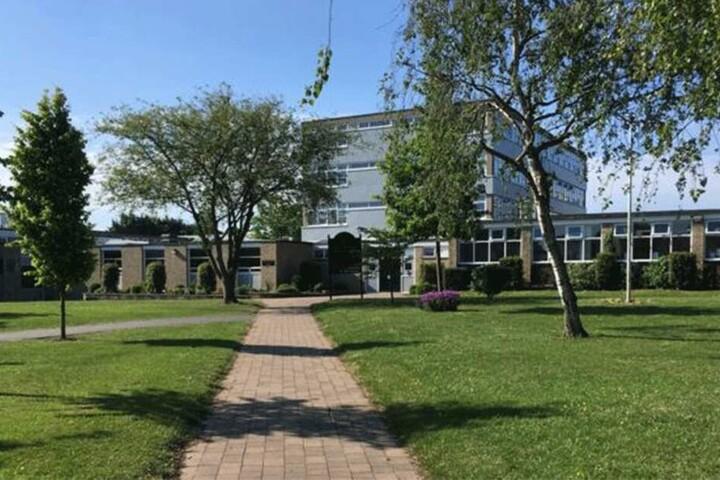 In einer Erklärung der High School hieß es, dass das Gebäude am Tag nach dem Unfall weitgehend leer bleibt.