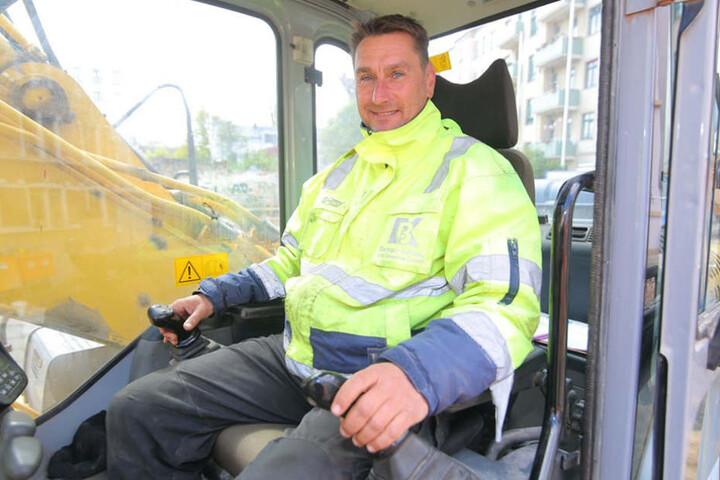 Happy End: Baggerfahrer René Thonig, der die Bombe entdeckt hatte, konnte seine Arbeit am frühen Nachmittag wieder aufnehmen.