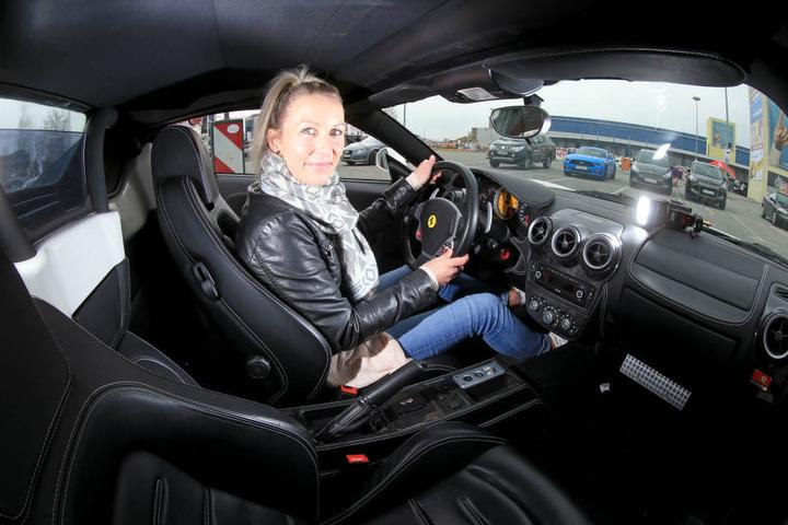 Wahnsinns-Sound! TAg24-Redakteurin Doreen Grasselt (33) probiert den Ferrari F  430 Spider aus.