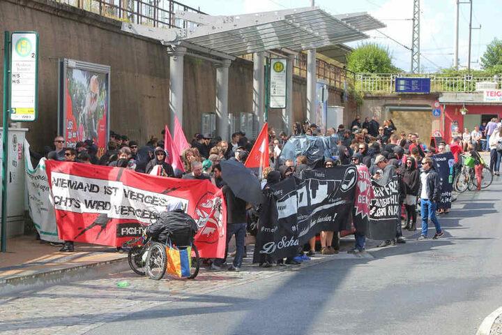 Mit Transparenten versammelten sich am Sonntag etwa 150 antifaschistische Demonstranten vor dem Heidenauer Bahnhof.