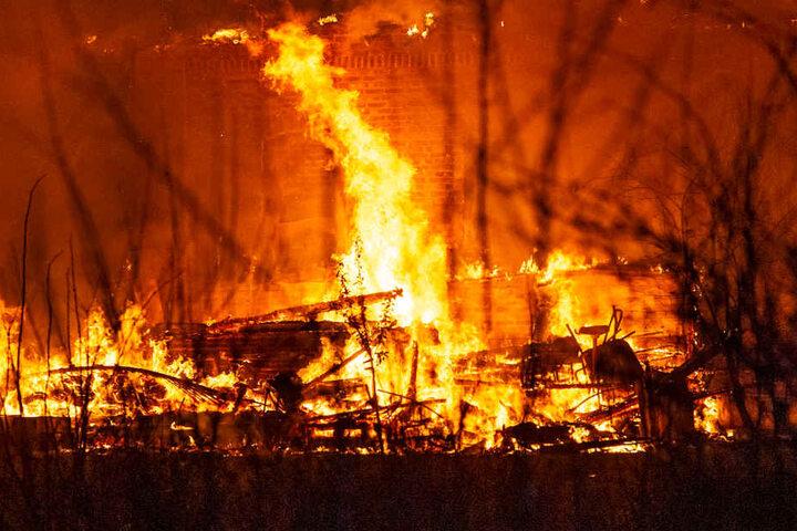 Das Gerätehaus brannte völlig aus.