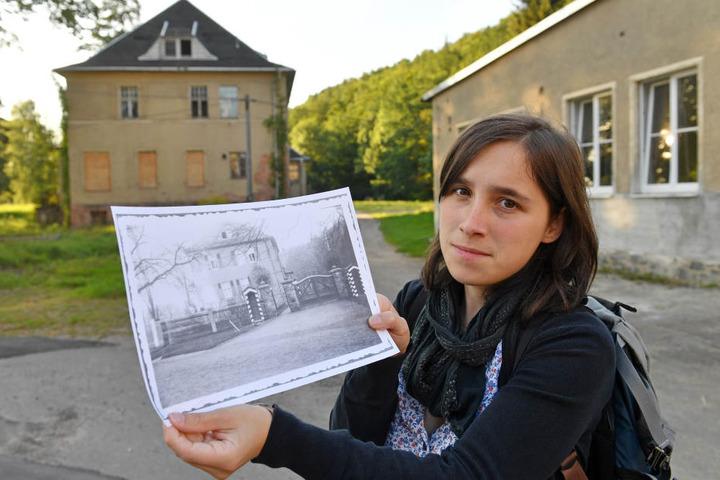 Gymnasiallehrerin Anna Schüller hält ein historisches Foto der Villa in ihren Händen. Zwischen 1933 und 1937 inhaftierten SA und SS auf dem Gelände der alten Spinnerei mehr als 2000 Regimegegner. Anna Schüller ist beharrlich: Seit ihrer Schulzeit kämpft s