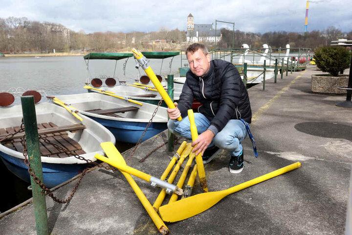 Falko Hirsch (44) zeigt die zerstörten Ruder seiner Boote.